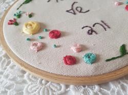 רקמת פרחים על קנבס