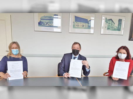 Stadt und Theaterförderverein unterzeichnen Vertrag