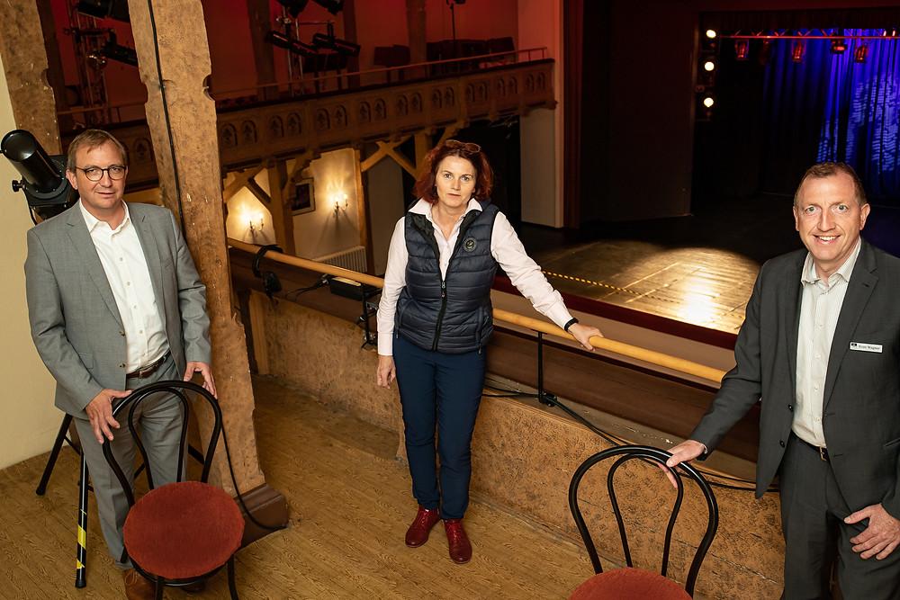 Landrat Markus Bauer, Bianca Görke vom Theaterförderverein und Staßfurts Oberbürgermeister Sven Wagner werben für die Übernahme von Stuhlpatenschaften. Die Empore des Salzlandtheaters soll wieder für Besucher flott gemacht werden.