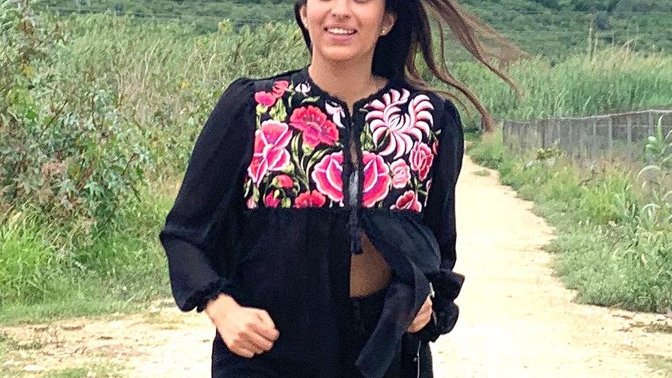 Blusa negra de gasa con flores del Istmo de Tehuantepec