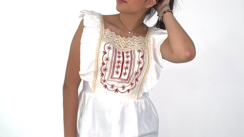 Blusa de lino con pechera bordada estilo Tlahiltoltepec