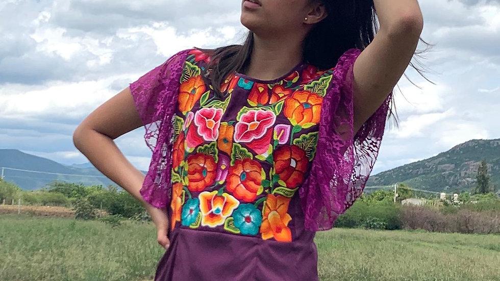 Blusa morada con pechera de flores del Istmo