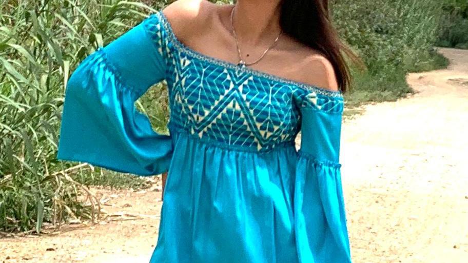 Blusa azul con pechera de textil Mazahua