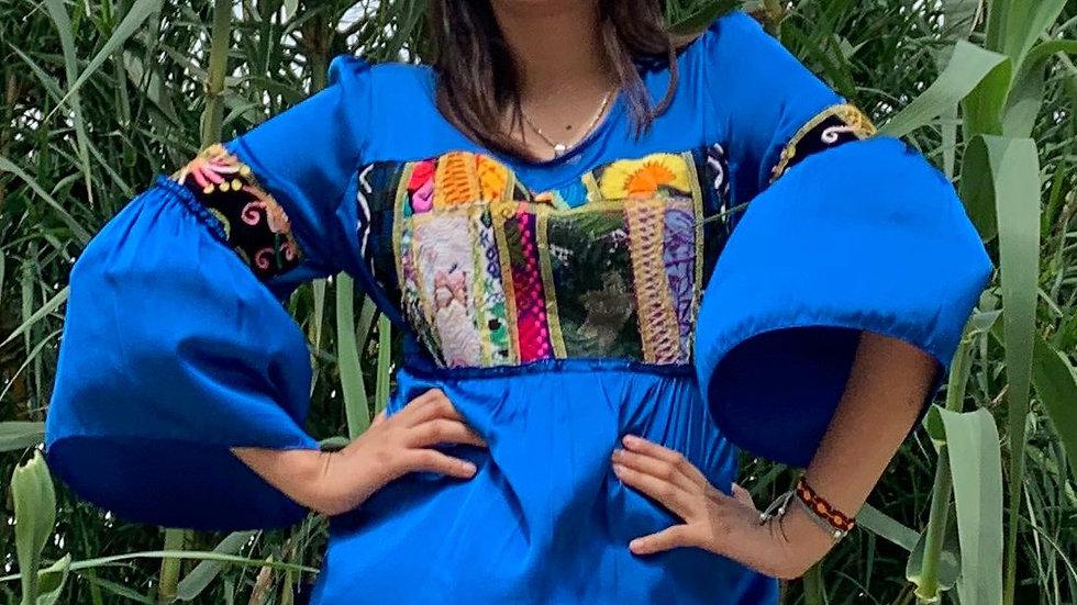 Blusa azul con pechera de collage
