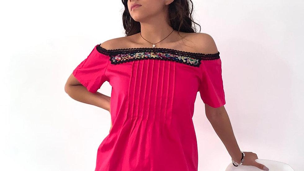 Blusa rosa en algodón strech con aplicación de textil de Guatemala