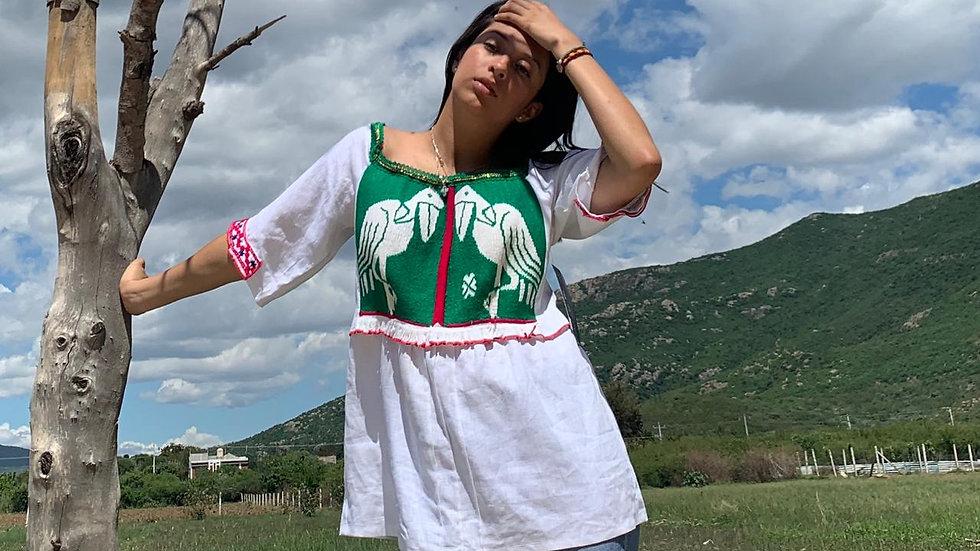 Blusa con textil bordado a mano