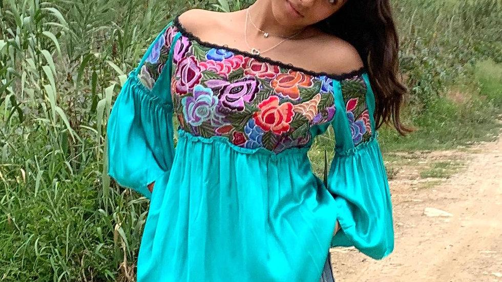 Blusa verde con textil de Guatemala