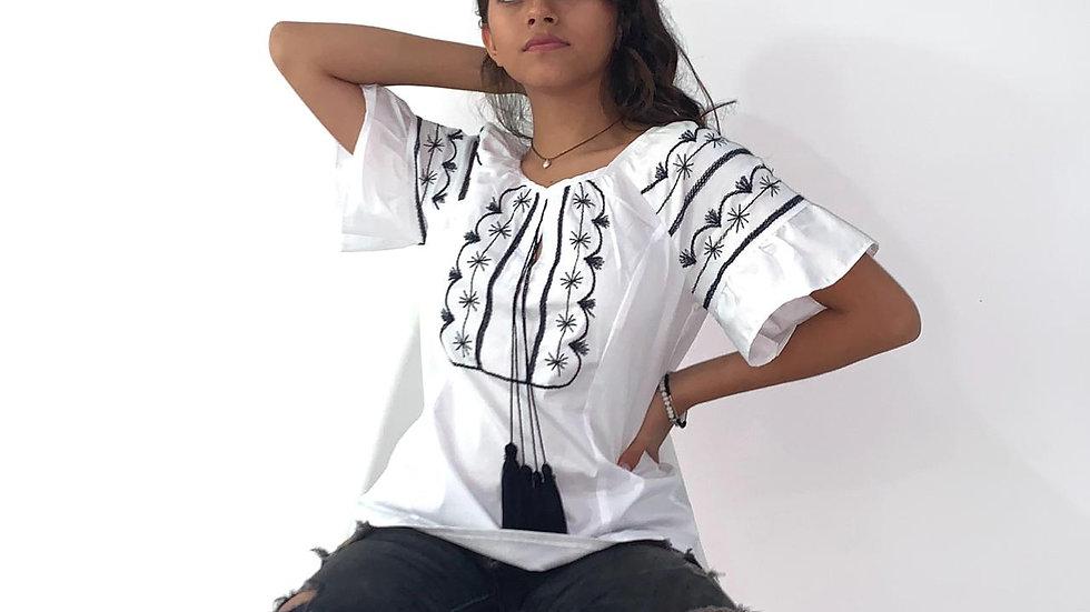 Blusa blanca en algodón strech con bordado estilo Tlahuiltoltepec
