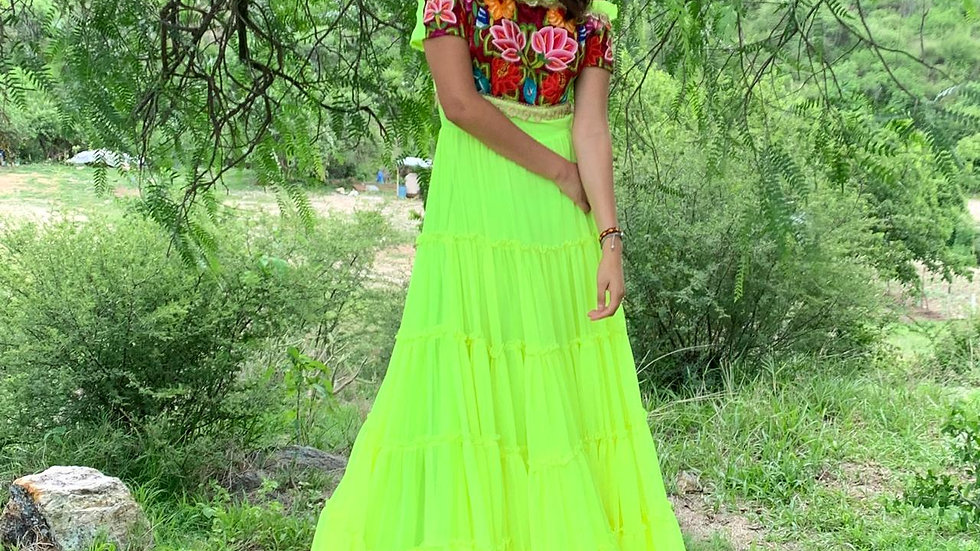 vestido amarillo fosfo en gasa con pechera del Istmo