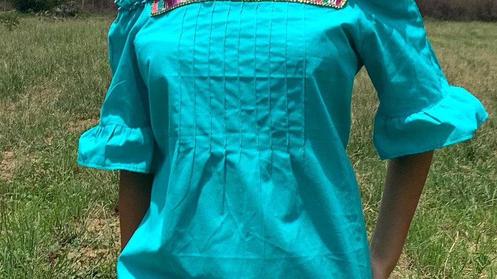 Blusa azul con aplicaciones de Guatemala