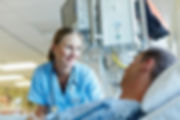 Krankenschwester spricht mit Patient