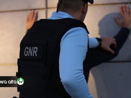 Homem de 60 anos detido por violência doméstica na Guarda fica com pulseira eletrónica