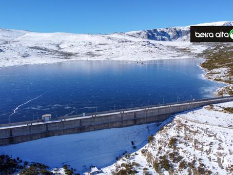 GNR preocupada com pessoas que caminham na água gelada da Barragem do Viriato na Serra da Estrela