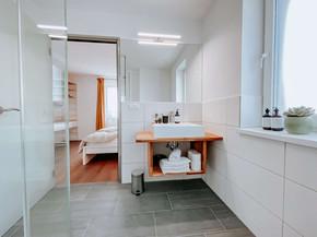 Badezimmer B, D
