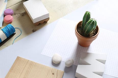 Schreibtisch mit Büropapier, Notizblock und Haftnotizen.
