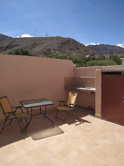 mesas sillas y espacio de lavadero