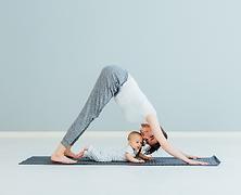 Yoga avec bébé câlin qui ne s'éloigne pas encore tout seul, cours à Nantes, yoga bébé
