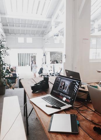 camera-contemporary-desk-699459.jpg
