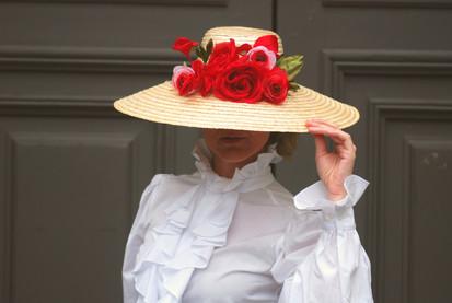 Pamela con rosas rojas