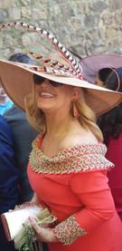 Pamela con plumas rayas