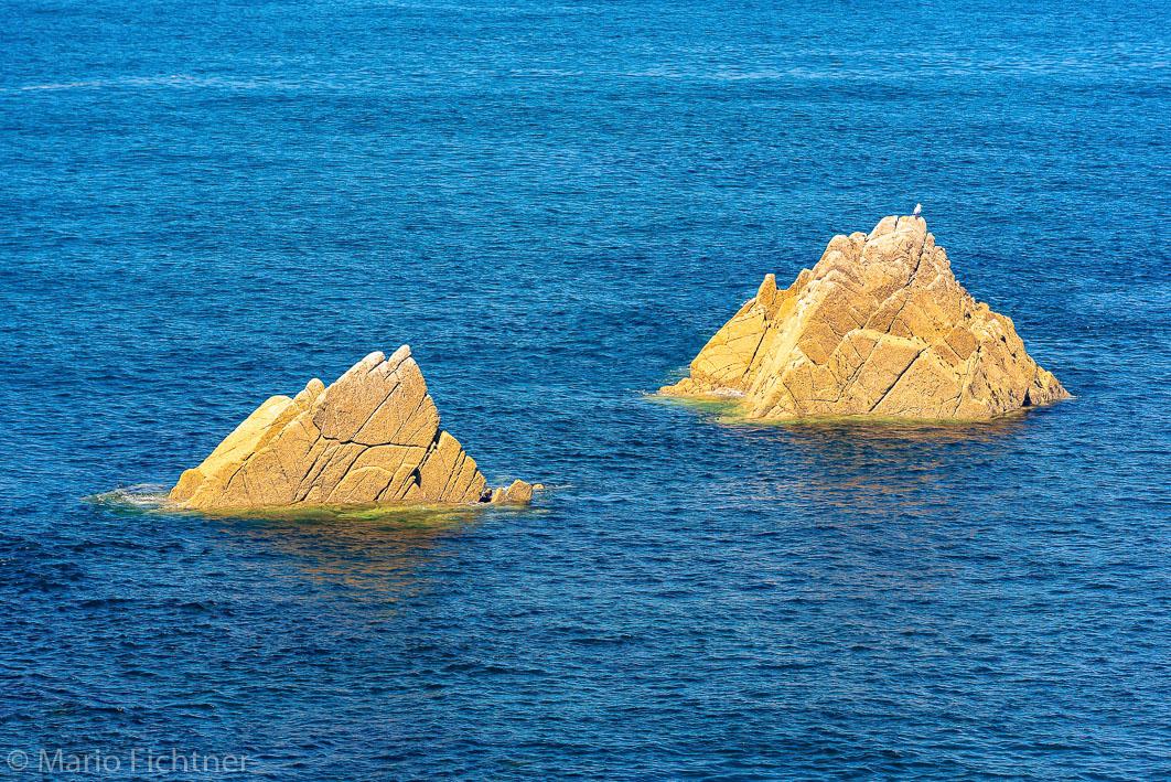 Zwei Felsen im Meer 504119