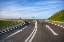 Spuren einer Autobahneinfahrt in beide R