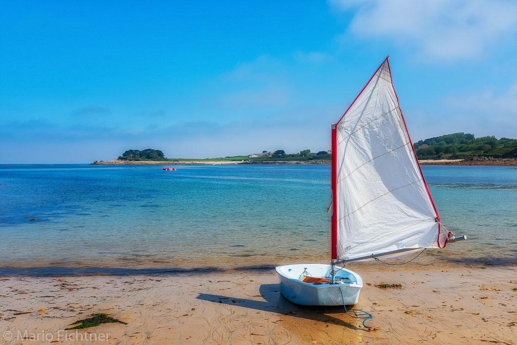 Kleines Segelboot am Strand liegend 5011