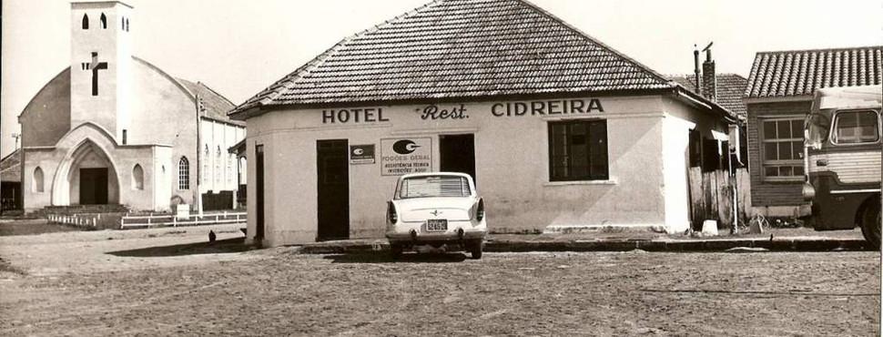 Hotel e Restaurante Cidreira com a Igreja Nossa Senhora da Saúde ao fundo. 1960