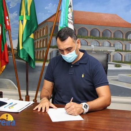 Prefeito assina termo de adesão para a compra da vacina contra COVID-19