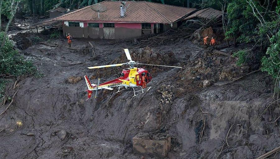Bombeiros fazem resgates em Brumadinho