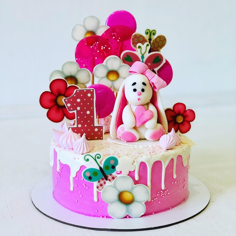 Розовый торт с зайкой