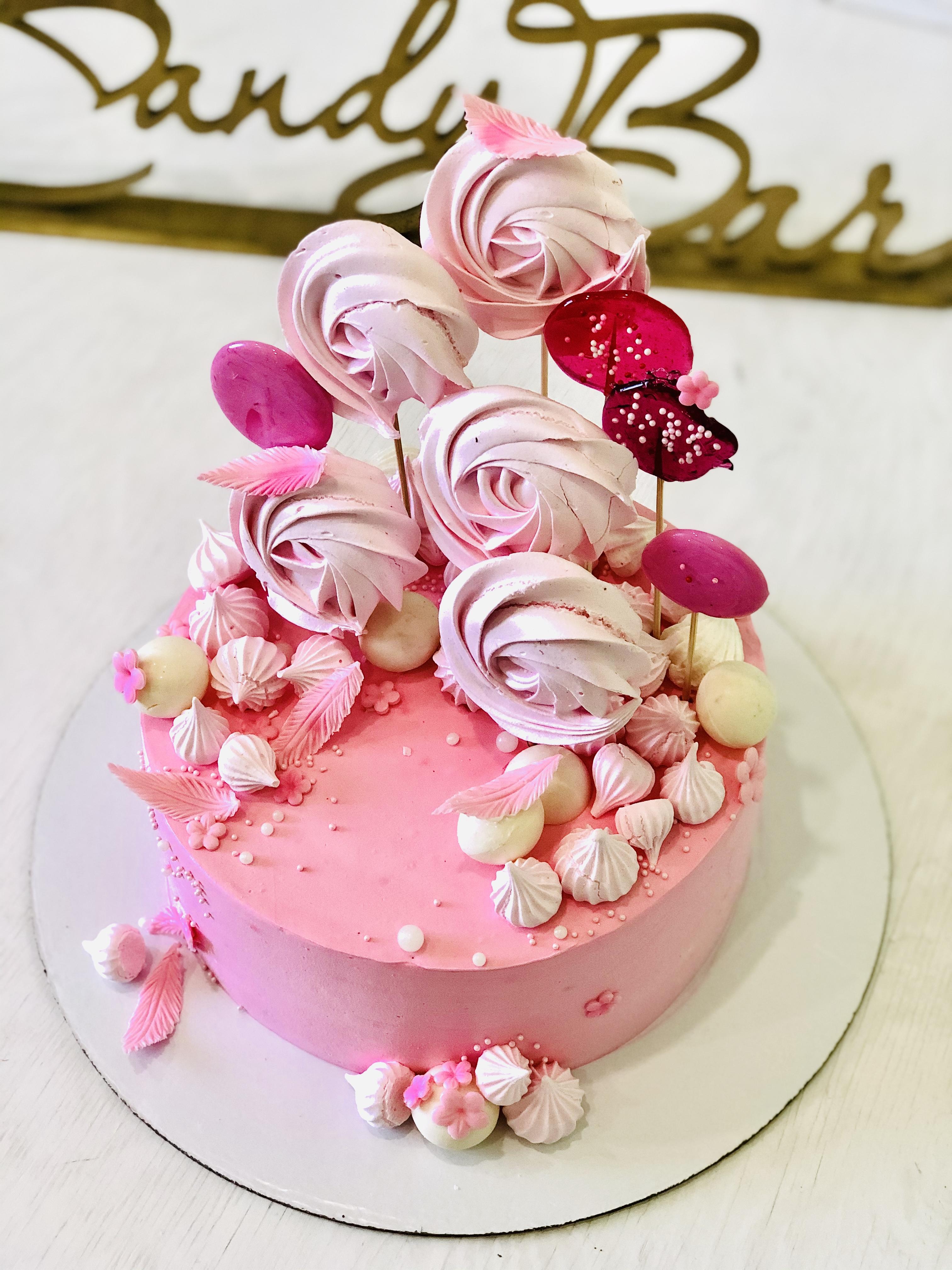 Розовый торт с безе и карамелью