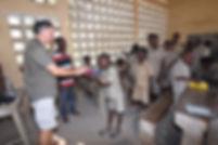 Remise des trousses collectée s au collège de Capendu