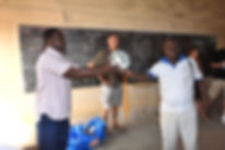 remise de ballons par Névaémé président d'Alaric Togo au Togo