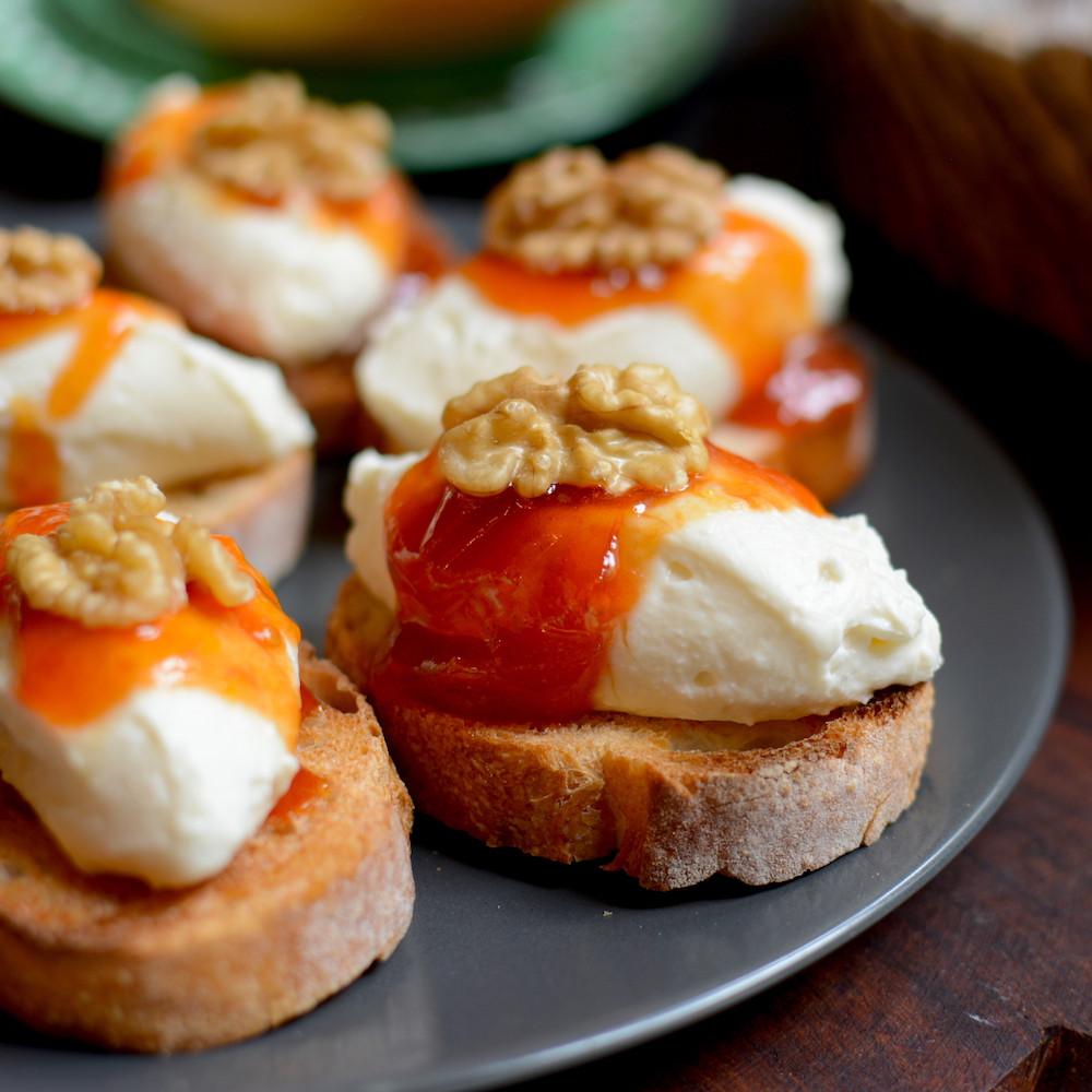 Crostini de Queso de Cabra, Dulce de Tomate Especiado y Nuez