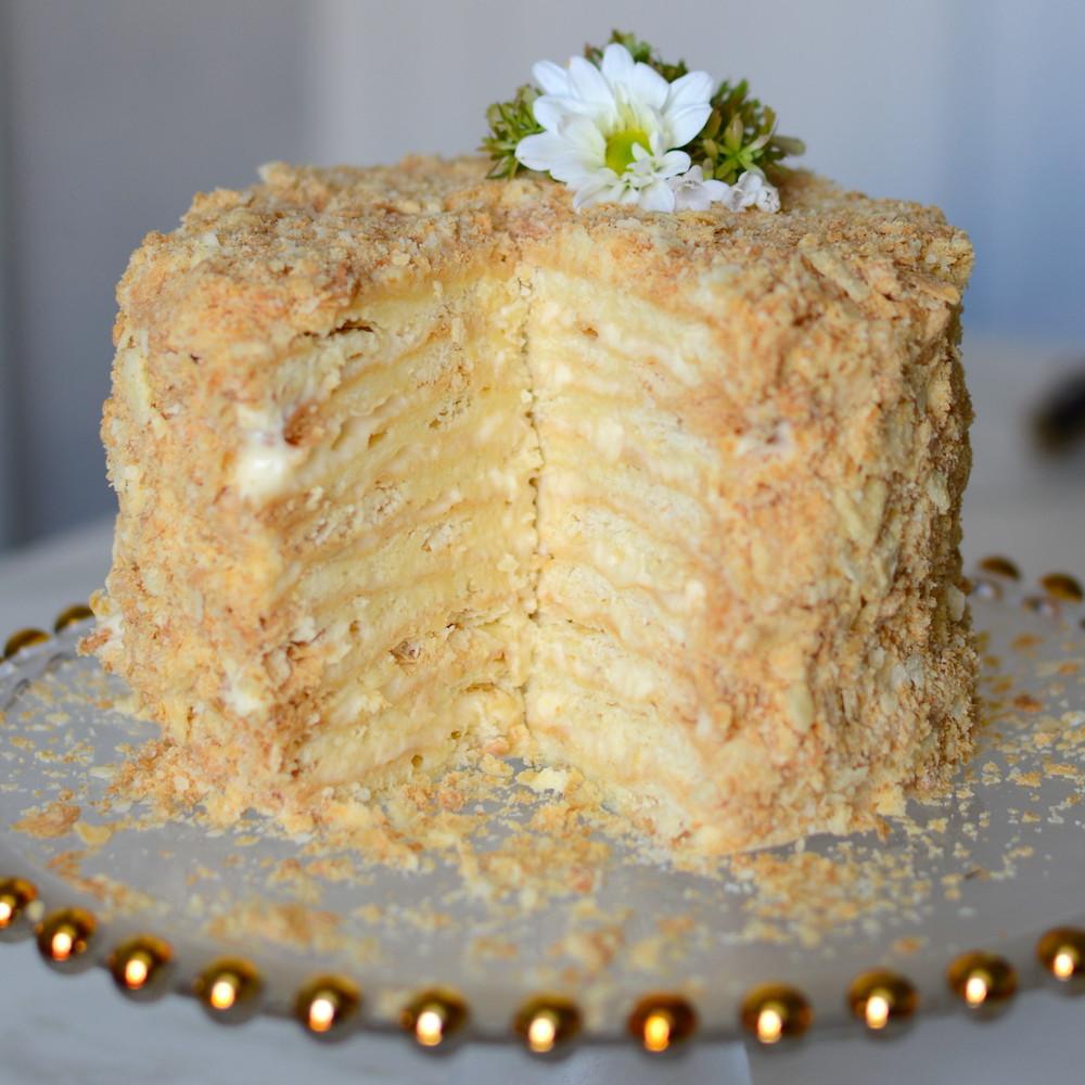 Torta rusa Napoleón con masa de hojaldre