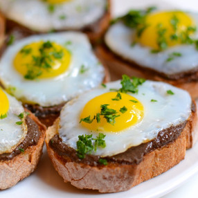 Crostini con Tapenade y Huevo de Codorniz