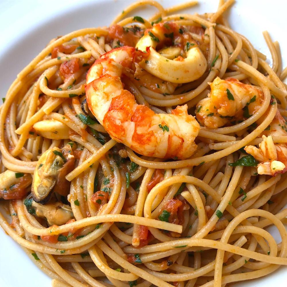 espaguetis con frutos de mar, mejillones, gambas, calamares