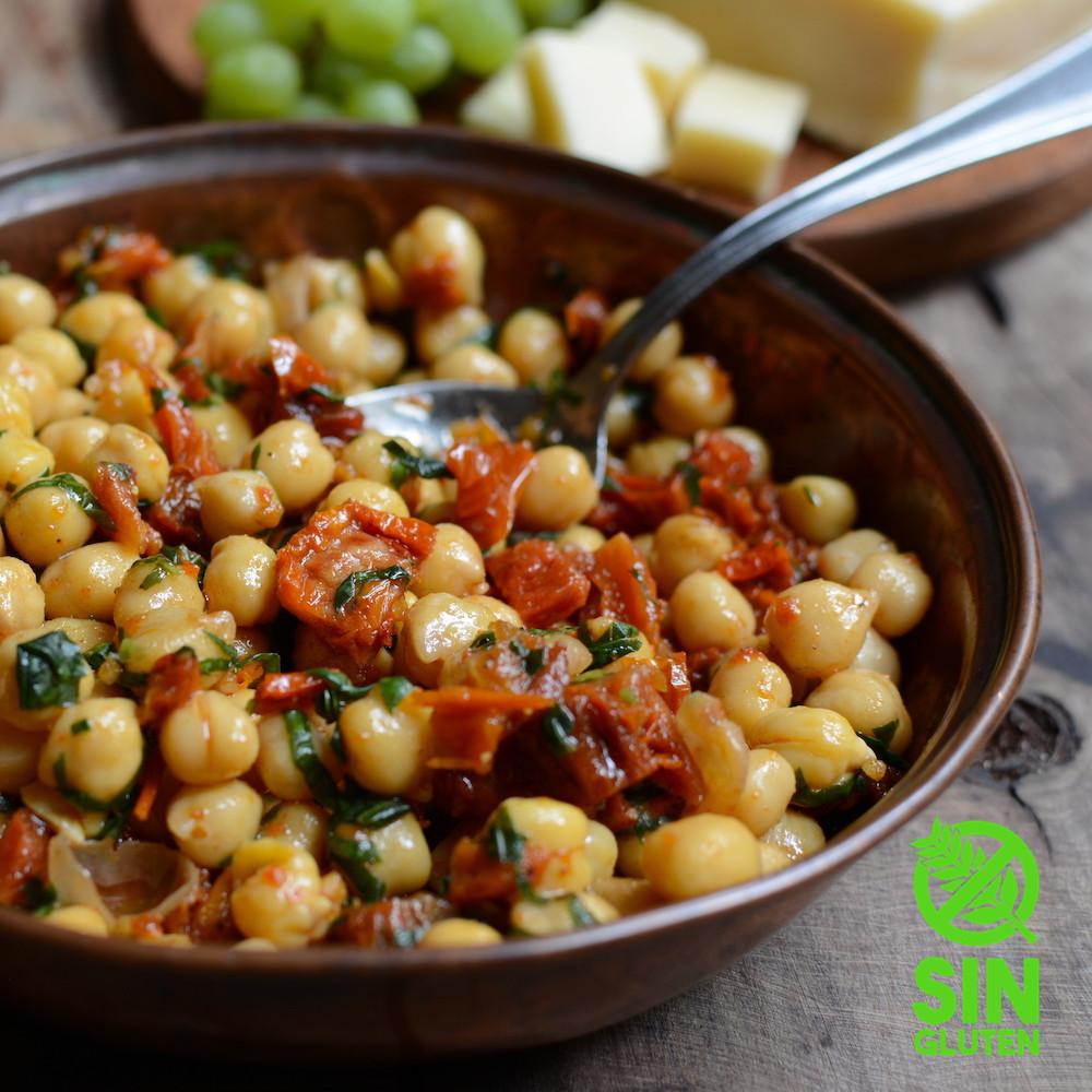 ensalada de garbanzos con tomates secos y albahaca