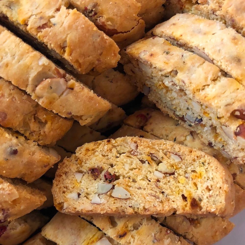 biscotti de almendras, queso y pimienta rosa