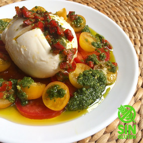 Mozzarella Rellena Sobre Mix de Tomates