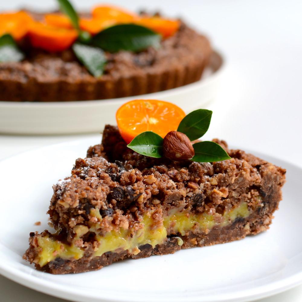 porción de tarta de avellanas y cacao con crema de mandarinas