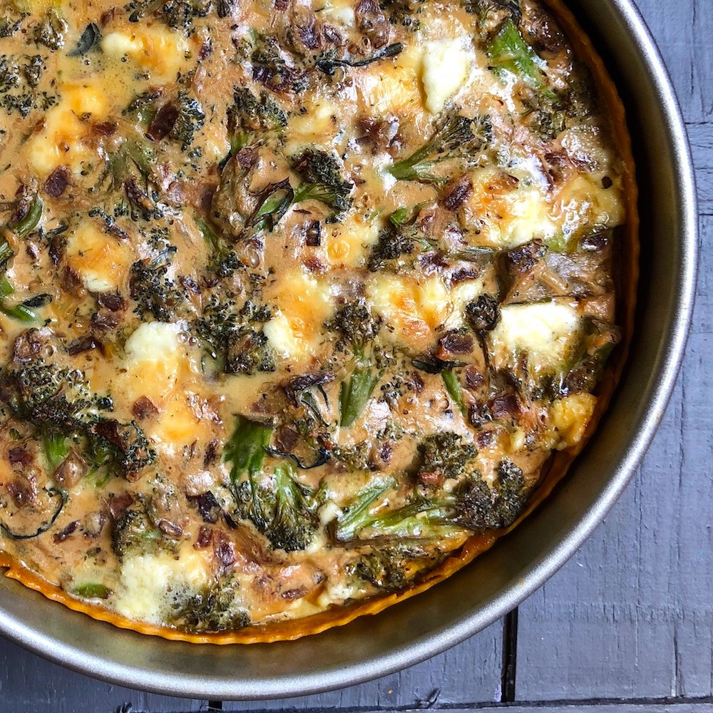 tarta de cebolla morada y brócoli