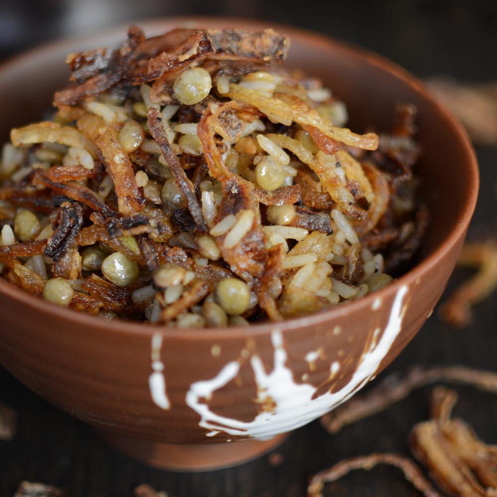 lentejas con arroz, cebolla y especias
