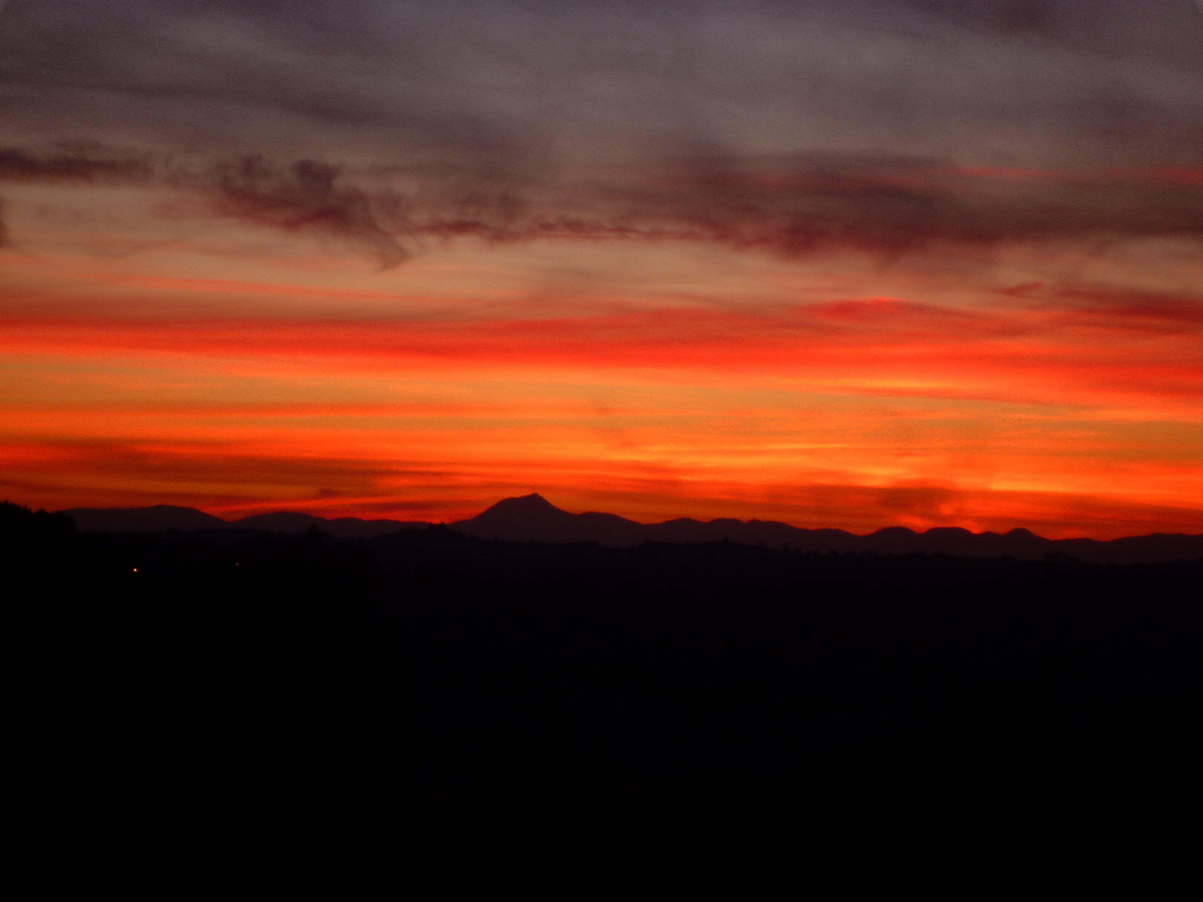 Soleil couchant sur les volcans