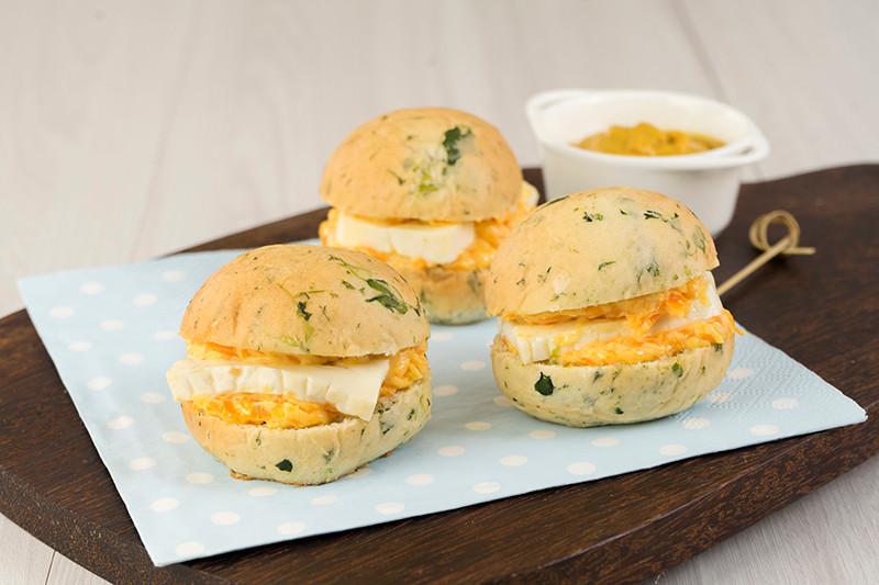 Pão de espinafre c pasta de cenoura e queijo branco