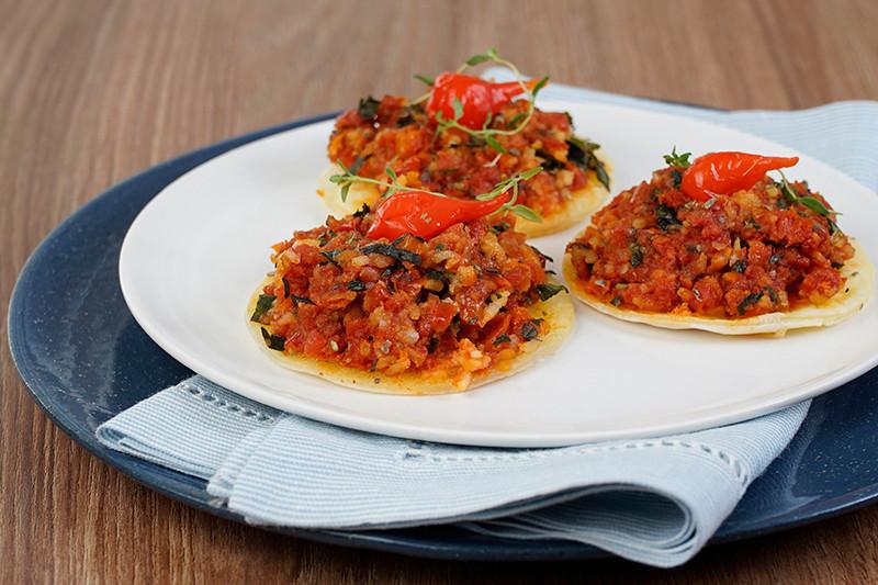 Mini Pizza de Tapioca c tomate, azeite e Manjericão