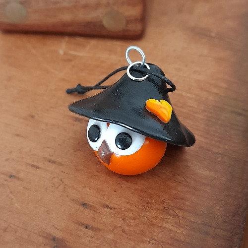 Grigri oiseau orange avec un chapeau
