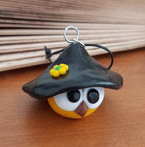 Grigri oiseau jaune avec un chapeau