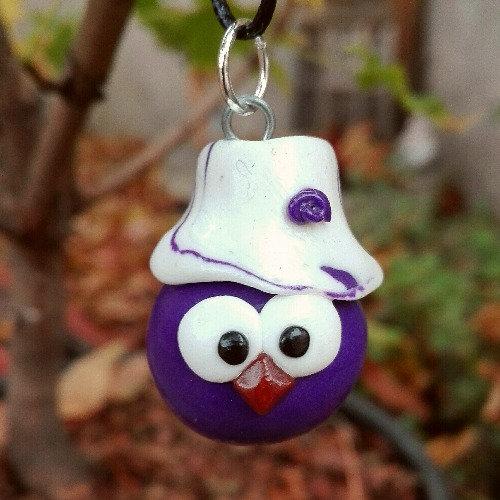 Grigri oiseau violet avec un chapeau